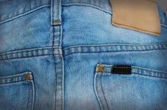 蓝色被撕毁的牛仔布牛仔裤背景 免版税图库摄影