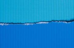 蓝色被撕毁的纸背景纹理 免版税库存图片