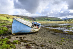蓝色被放弃的小船斯凯岛 免版税图库摄影