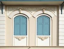 蓝色被绘的木头被成拱形的窗口 免版税库存照片