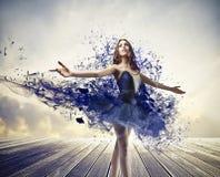 蓝色被绘的芭蕾舞女演员 免版税库存照片