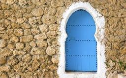 蓝色被绘的门 库存照片