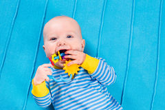 蓝色被编织的毯子的男婴 库存图片