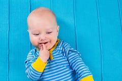 蓝色被编织的毯子的男婴 免版税库存图片