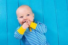 蓝色被编织的毯子的男婴 库存照片