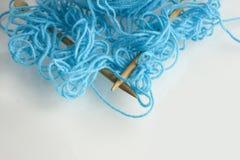 蓝色被缠结的纱线 免版税库存图片