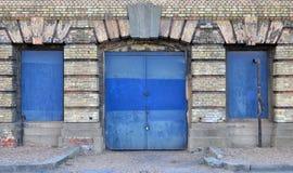 蓝色被锁的门和窗口 免版税库存照片