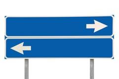 蓝色被隔绝的交叉路路标两箭头标志宏指令,大详细的特写镜头,空白的空的拷贝空间 免版税库存图片
