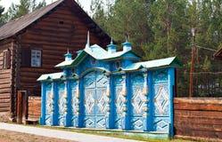 蓝色被雕刻的篱芭 免版税库存照片