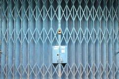 蓝色被绘的可折叠的门 免版税库存照片
