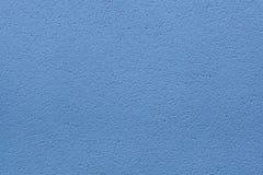 蓝色被绘的灰泥墙壁 木背景详细资料老纹理的视窗 免版税库存照片