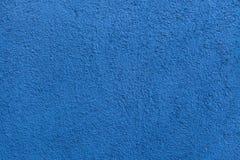 蓝色被绘的灰泥墙壁 木背景详细资料老纹理的视窗 库存图片