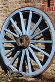 蓝色被绘的马车车轮 免版税库存照片