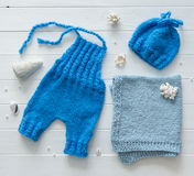 蓝色裤子,婴孩的,手工制造编织, topview毯子 免版税库存照片