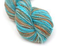 蓝色褐色丝球纱线 免版税库存照片