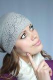 蓝色褐色盖帽被注视的头发的冬天妇&# 图库摄影