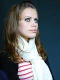 蓝色褐色被注视的头发的围巾白人妇&# 库存照片