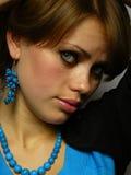 蓝色褐色被注视的头发的妇女 库存图片