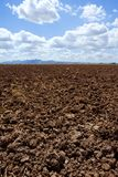 蓝色褐色黏土领域展望期耕犁犁了天&# 免版税库存图片