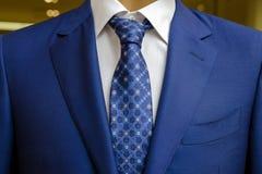 蓝色西装有一件白色衬衣的和有在图画的一条蓝色领带的 免版税库存图片