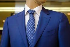 蓝色西装有一件白色衬衣的和有在图画的一条蓝色领带的 免版税库存照片
