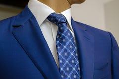 蓝色西装有一件白色衬衣的和有在图画的一条蓝色领带的 免版税图库摄影