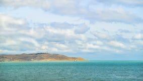 蓝色覆盖了天空,清楚的海水,全景地平线 免版税库存照片