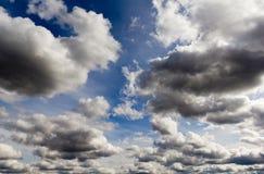 蓝色覆盖五颜六色的天空白色 免版税库存照片