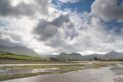 蓝色覆盖出海口小山爱尔兰超出天空 免版税图库摄影