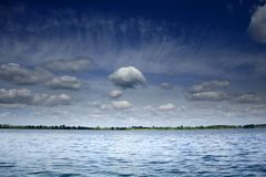蓝色覆盖在天空白色的湖 免版税库存照片