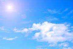 蓝色覆盖天空白色 雨云和阳光在晴朗的夏天或春日 库存图片