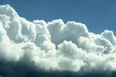 蓝色覆盖天空风雨如磐的白色 库存图片