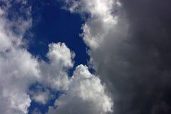 蓝色覆盖天空 闭合值的天空云彩 库存图片