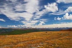 蓝色覆盖山天空 库存照片