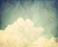蓝色覆盖松的天空若干白色 免版税库存图片