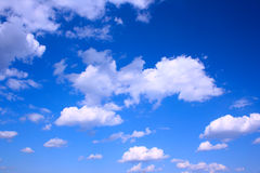 蓝色覆盖深天空 库存照片