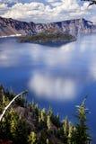 蓝色覆盖火山口湖俄勒冈反映天空 免版税库存照片