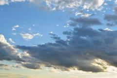 蓝色覆盖积云天空 库存图片