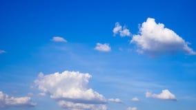 蓝色覆盖空白的天空 免版税库存照片