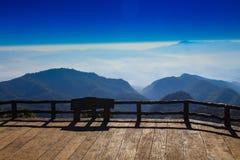 蓝色覆盖空白的天空 免版税库存图片