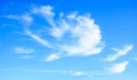 蓝色覆盖蓬松天空白色 图库摄影