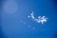 蓝色覆盖蓬松天空白色 免版税图库摄影