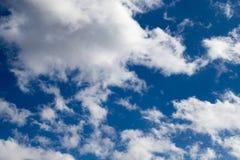 蓝色覆盖蓬松天空 免版税库存图片
