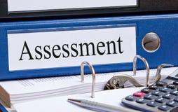 蓝色评估黏合剂在办公室 免版税库存照片