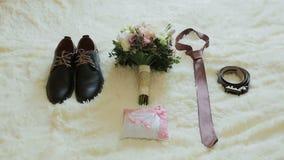 蓝色详细资料花袜带系带婚礼 婚姻鞋子、领带、花束和圆环在椅子的新郎 影视素材