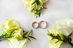 蓝色详细资料花袜带系带婚礼 新娘花束和辅助部件  免版税库存照片