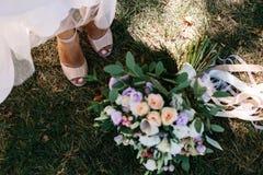 蓝色详细资料花袜带系带婚礼 鞋子 免版税库存图片
