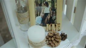 蓝色详细资料花袜带系带婚礼 美丽的花decration 与蜡烛的构成 股票视频