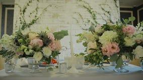 蓝色详细资料花袜带系带婚礼 美丽的花decration 开花构成 股票视频