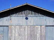蓝色谷仓在夏天 免版税库存图片